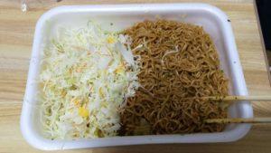 ペヤング超大盛と米としてのカットキャベツ